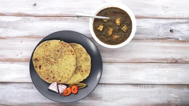 Gujarati Fladenbrot serviert Methi Thepla mit Punjabi Palak Paneer