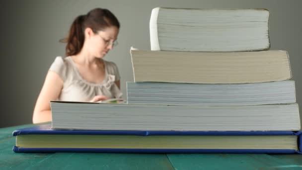 Žena číst knihy 4k