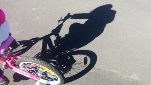 Stín dívky jezdit na kole