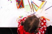 Plochá laický pohled holčičky kresba barvami na kousek