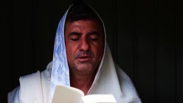Erwachsener jüdischer Mann betet mit Tallit (Gebetsschal) und Tefillin (Phylakterien)).