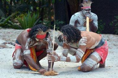 Yugambeh yerli savaşçı erkek grup