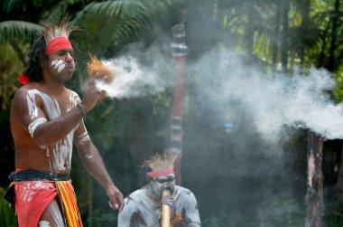 Yugambeh yerli savaşçı göstermek tekne yapım yangın