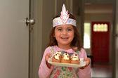 Fényképek Zsidó gyerek hordoz egy tányér tele a mini Sufganiyot