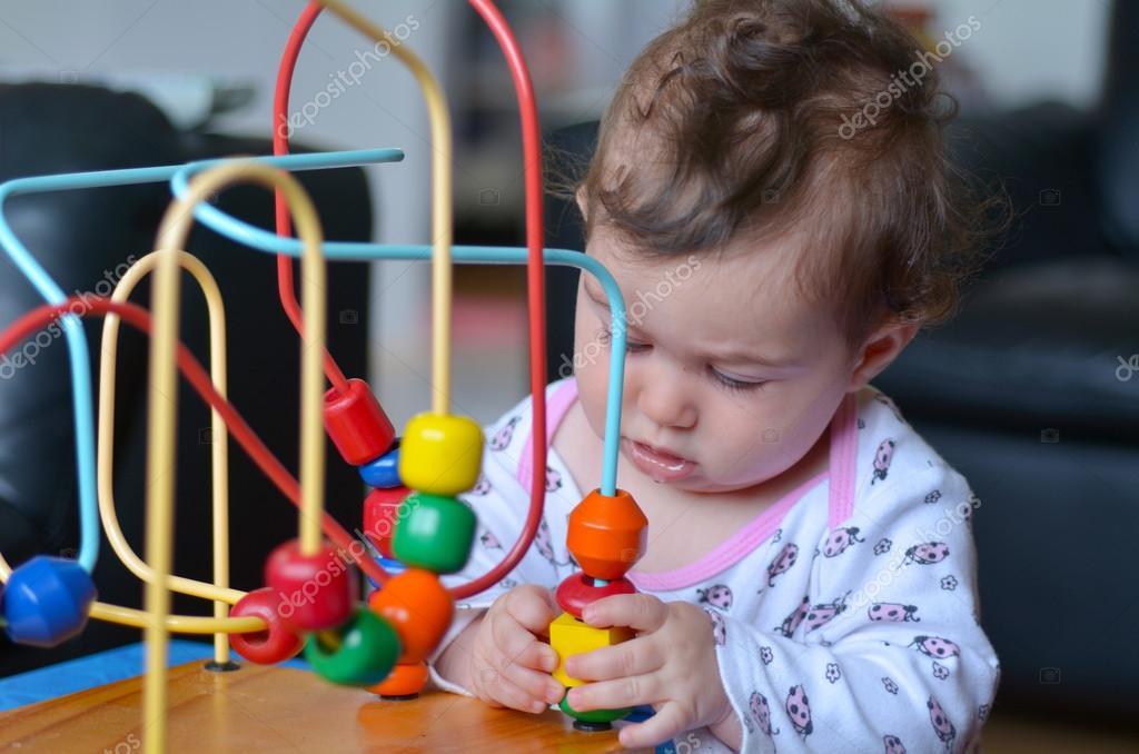 Baby Spiel mit Perlen-Labyrinth — Stockfoto © lucidwaters #61947835