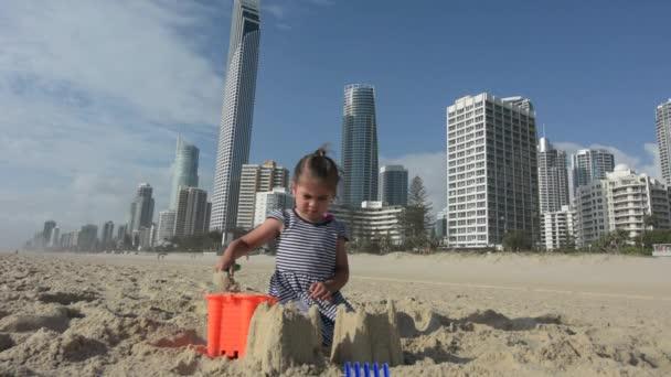 Kislány épít homokvárat, Surfers Paradise, Ausztrália