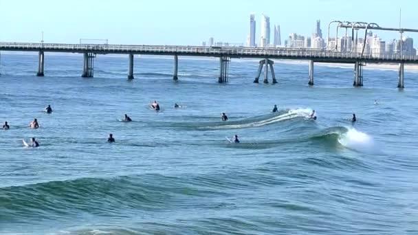Surferská vlna surfování pod surfařskou nebeskou Skyline Queensland Australia