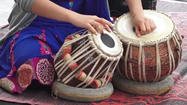 Inderin indische Musikinstrument Tabla spielen
