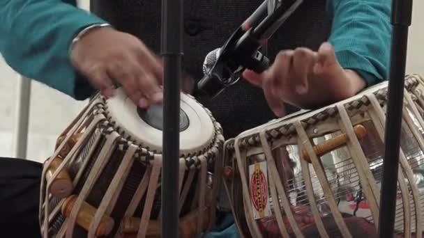 Inder spielen indische Musikinstrument Tabla