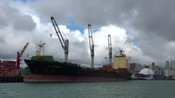 Nákladní loď dělníků vykládání kontejnerů v přístavech Auckland Nový Zéland