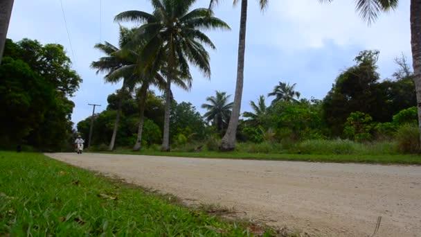 Šťastný mladý pár cestování v skútr během tropické cestování dovolená dovolená