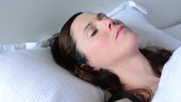 Mladá žena krása spát v posteli