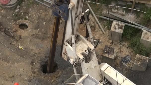 zaměstnanci s hydraulické kladivo vrtací stroj na staveništi