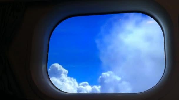 Flugzeugfenster Blick auf Wolken am Himmel während des Fluges