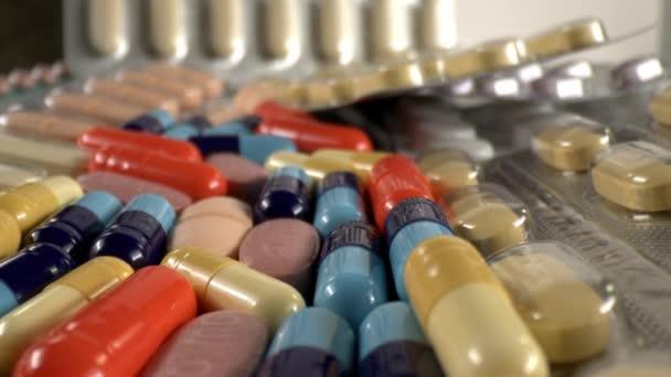 Medikamentöse Tabletten und Kapseln aus nächster Nähe.