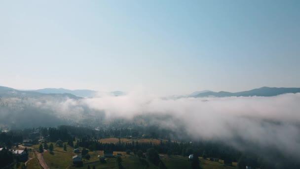 Statická rovný výstřel úžasné přírodní ranní krajina, krajina s horami hustý les a mlha se objeví. Venkovní prostředí v přírodě scenérie lesy s nadýchaný mrak modrá obloha