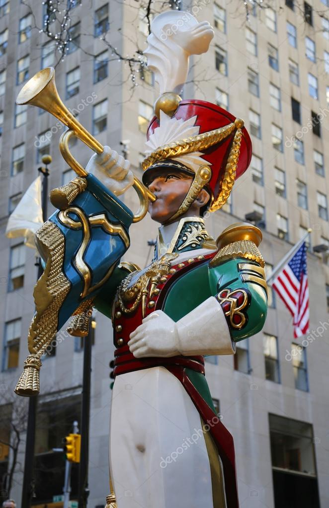 Wooden toy soldier bugler Christmas decoration at the Rockefeller Center in Midtown Manhattan — Stock Photo