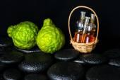 Fotografia Concetto della stazione termale aromatico di olio essenziale di bottiglie nel Cestino, bergamo