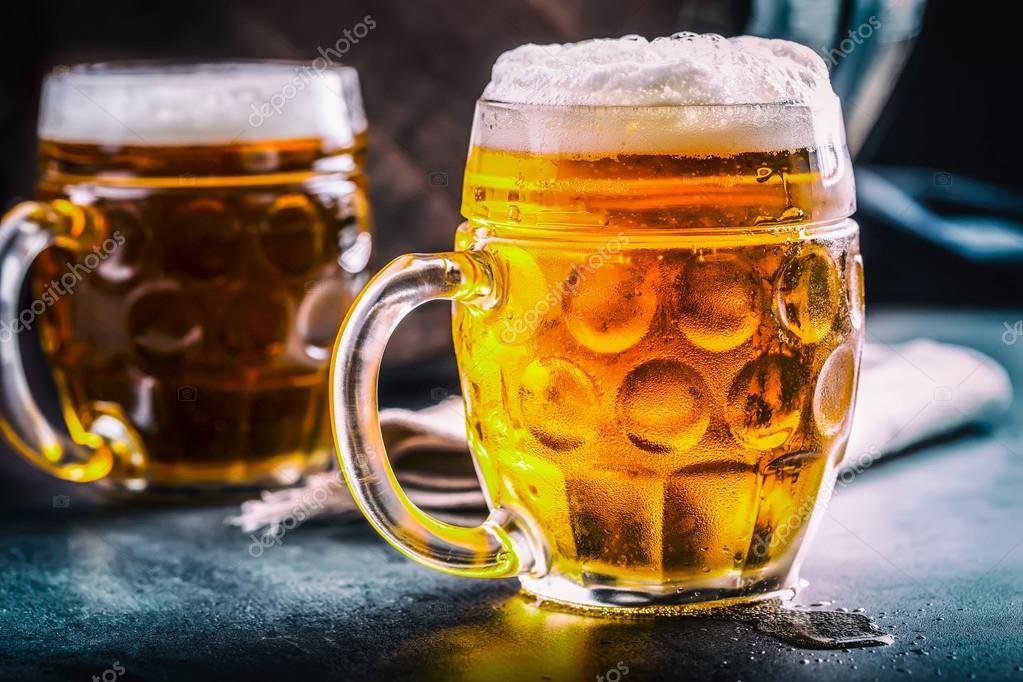 Пиво. Два холодных пива. Набросок пива. Драфт эля. Золотое пиво. Золотой эль. Два золотых пива с пеной сверху. Набросок холодного пива в стеклянных банках в пабе отеля или ресторана. Натюрморт — стоковое фото