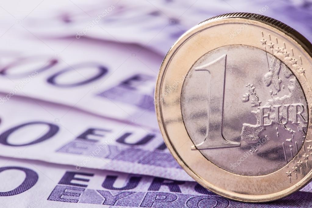 Mehrere 500 Euro Banknoten Und Münzen Sind Neben Symbolische Foto
