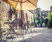Kavárna ve staré ulici v Evropě s retro vintage stylu Instagram
