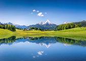 Idylické letní krajina s vymazat horské jezero v Alpách