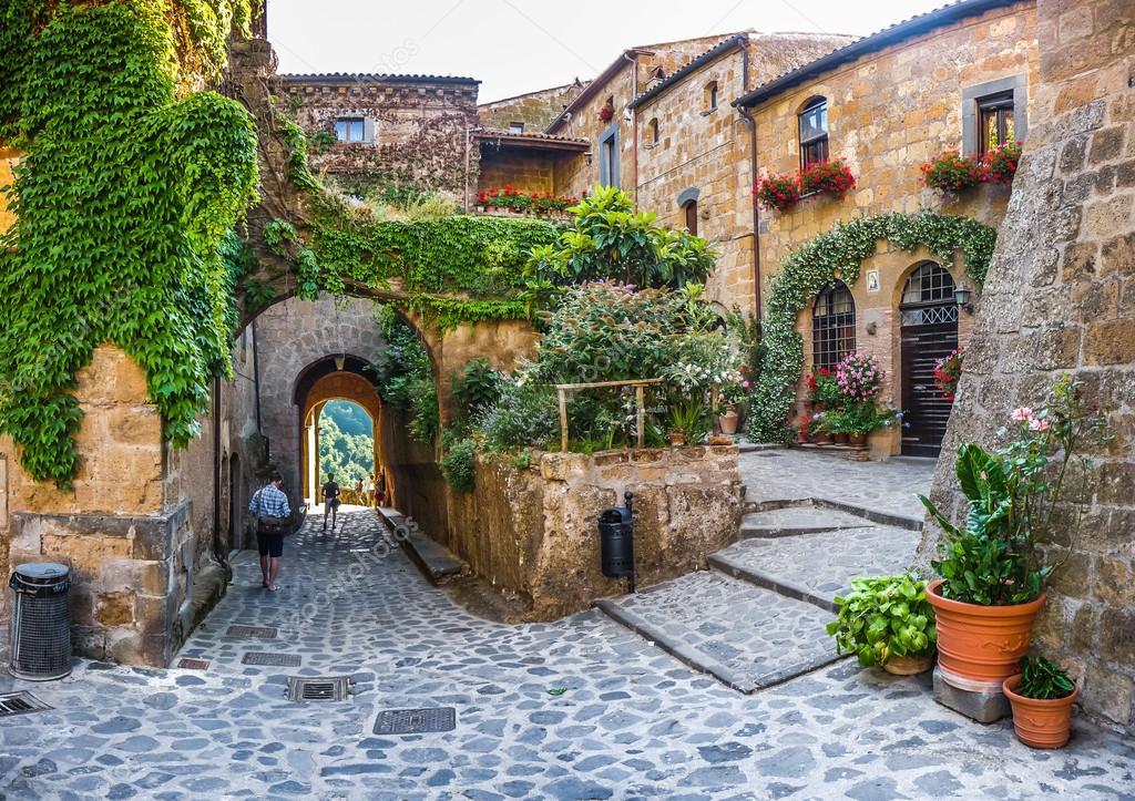 Forma idílica beco em civita di Bagnoregio, Lácio, Itália — Stock ...