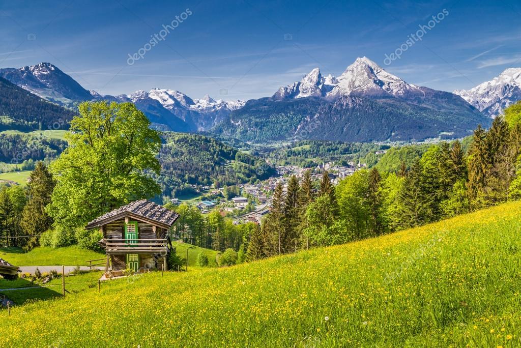 paradisiaque paysage de printemps dans les alpes avec. Black Bedroom Furniture Sets. Home Design Ideas
