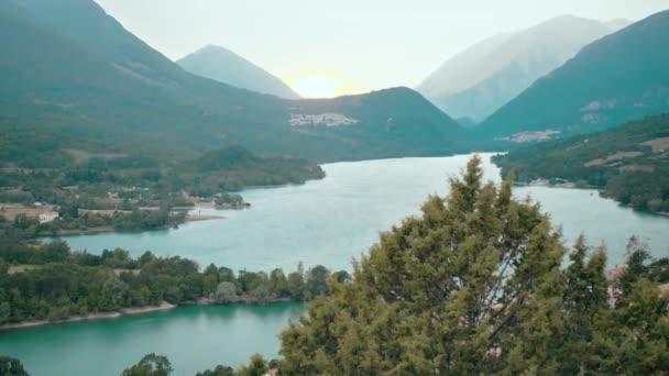 naplemente a hegyekben. kilátás nyílik a tóra az olasz hegyek között