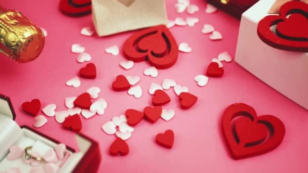 Růžové roztomilé padající polygonální srdce. Valentýn