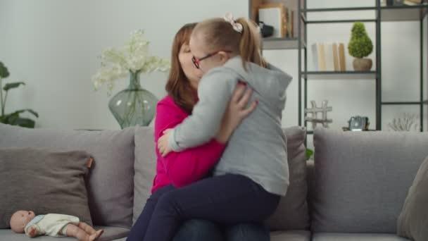 Pečující maminka a dolů syndrom dětské sbližování na pohovce