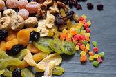 Kandované sušených smíšené sortiment exotického ovoce na černý mramor