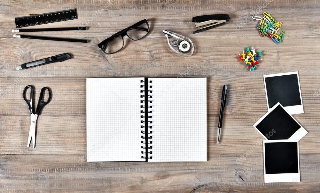 Kantoor en school supplies op houten tafel achtergrond u stockfoto