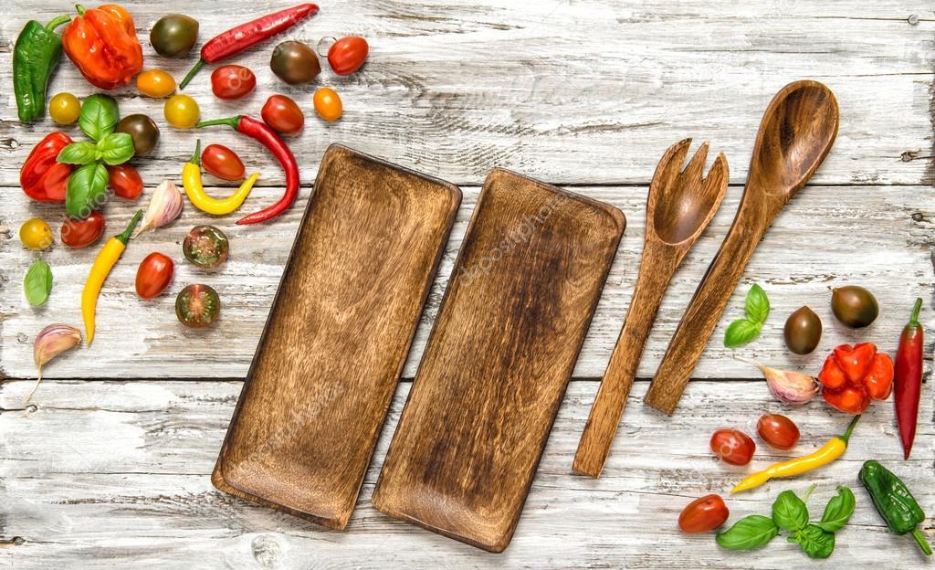 Vegetales frescos y utensilios de cocina vintage — Foto de stock ...