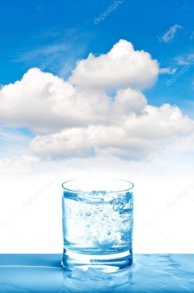 Mineralwasser Glas auf blauer Himmel frisches kaltes Getränk ...