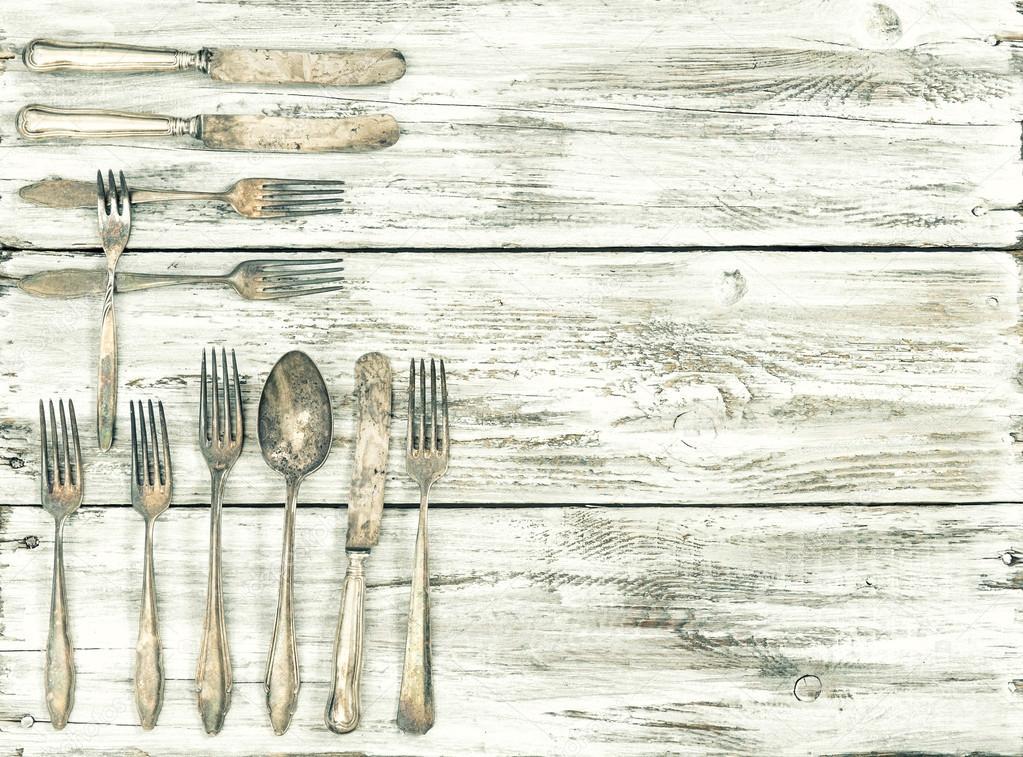 Vintage de cubiertos antiguos fondo madera cocina utensilios — Fotos ...