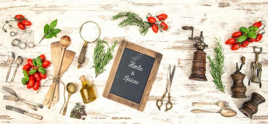 Utensilios de cocina vintage con tomates rojos y hierbas for Utensilios de cocina vintage