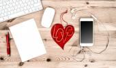 Lavoro di ufficio con cuore rosso, tastiera, Tablet Pc, telefono