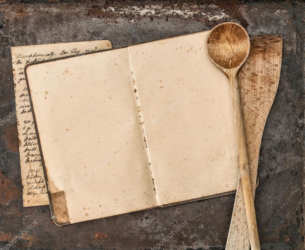 Libro di ricette scritte a mano dell\'annata e vecchi utensili da ...