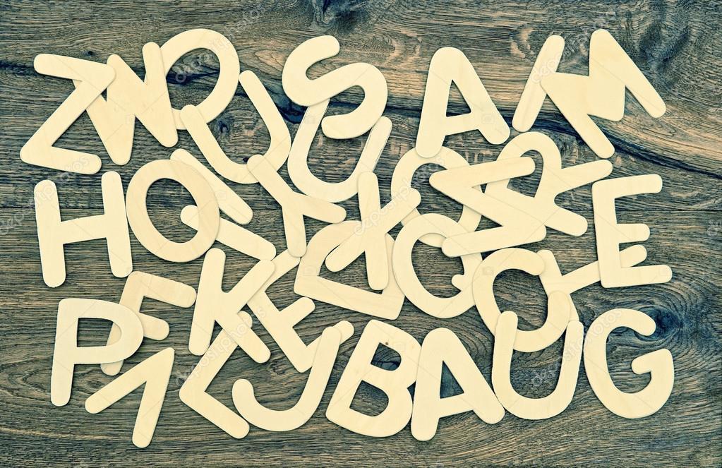 Lettere di alfabeto su fondo di legno torna a scuola u foto stock