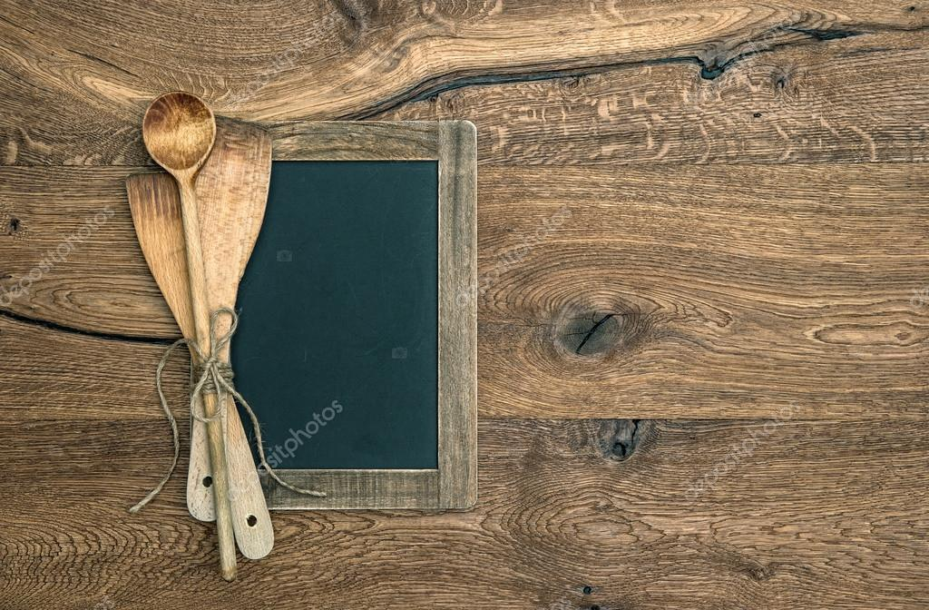Antichi utensili da cucina e lavagna su fondo di legno — Foto Stock ...