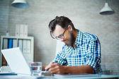 Fotografie podnikatel pracovat s notebookem