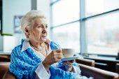 Senior s šálkem čaje