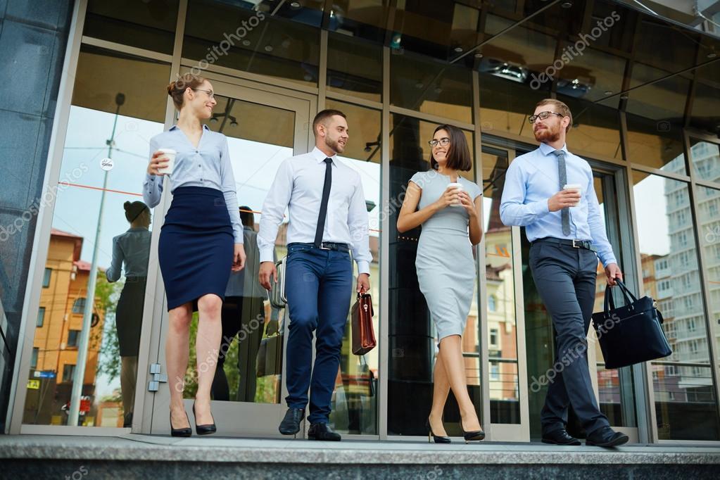 Grupo de compa eros de trabajo salir de oficina centro for Centro de trabajo oficina