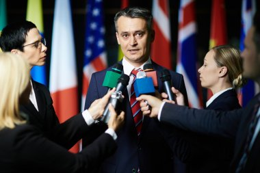 Journalistes interviewing politician