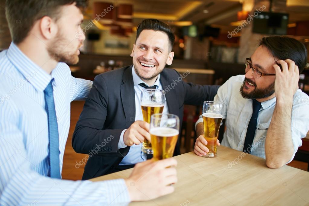 Sócios desfrutando de cerveja depois do trabalho — Fotografia de Stock d54b77c9a5