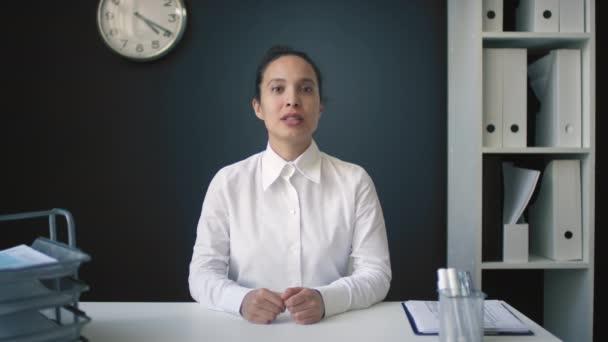 Střední záběr veselého finančního poradce, který se dívá do kamery a mluví o pohodlí a bezpečnosti využívání finančních poradenských služeb