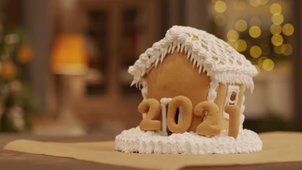 Nincs ember közelkép ízletes mézeskalács ház díszített fehér vajkrém és 2021 számokat karácsonyi asztalra
