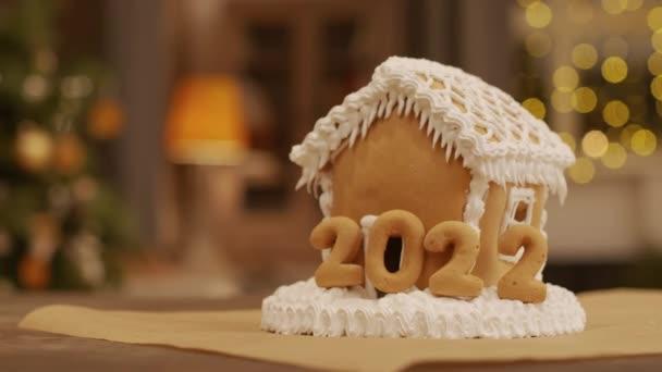 Közelkép a nagy házi mézeskalács ház sok tejszín és 2021 számok rajta
