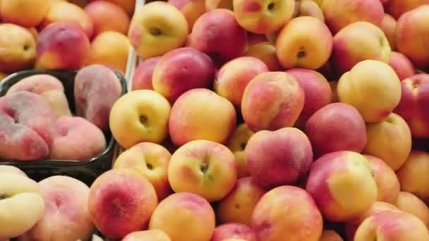 Az érett őszibarack, nektarin, alma, kajszibarack, cseresznye, szilva és áfonya nyomon követése egyszer használatos műanyag élelmiszer-tartályokban a szupermarketben vagy a piacon